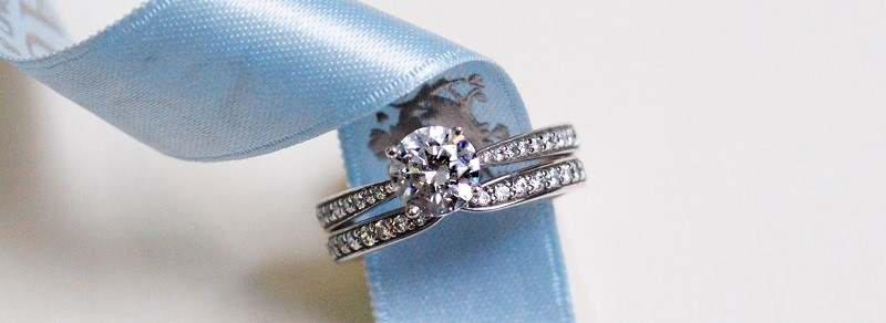 Diamond engagement ring with shoulder diamonds